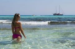 Het blonde meisje kijkt varend schip Royalty-vrije Stock Afbeeldingen