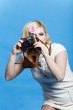 Het blonde meisje met retro camera bekijkt u Royalty-vrije Stock Foto