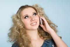 Het blonde meisje roept met een mobiele telefoon. Royalty-vrije Stock Foto