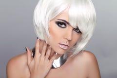 Het Blonde Meisje van de manierschoonheid. Vrouwenportret met Wit Kort Haar. Stock Afbeeldingen