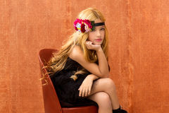 Het blonde meisje van het fashinjonge geitje op retro uitstekende zetel Stock Afbeeldingen