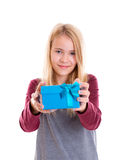 Het blonde meisje van Nice met blauwe giftdoos Stock Foto