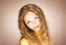 Het blonde portret van de haar jonge vrouw Stock Foto's