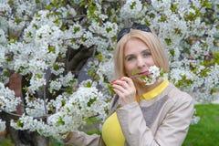 Het blonde snuift een bloem Stock Fotografie