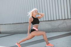 Het blonde van het sportenmeisje royalty-vrije stock fotografie