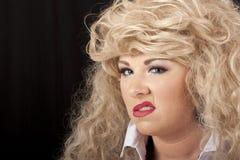 Het blonde vrouw grijnslachen royalty-vrije stock afbeelding