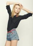 Het blonde vrouw model stellen in studio Royalty-vrije Stock Afbeeldingen