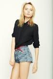 Het blonde vrouw model stellen in studio Stock Fotografie