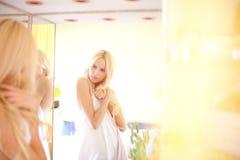 Het blondemeisje ligt in bed in de ochtend Royalty-vrije Stock Foto
