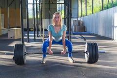 Het blondemeisje maakt deadlift, zijn de schouders en het gezicht voor, loo royalty-vrije stock fotografie