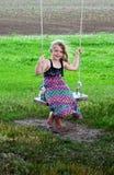 Het blootvoetse meisje van het land op schommeling Stock Afbeelding