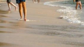 Het blootvoetse strand lopen stock video