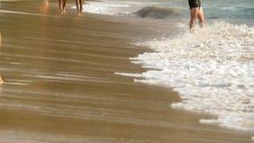 Het blootvoetse strand lopen stock footage