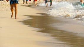 Het blootvoetse strand lopen stock videobeelden