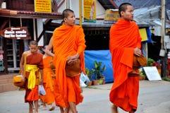 Het boeddhistische de aalmoes van Monniken geven Royalty-vrije Stock Afbeelding
