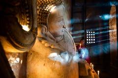 Het boeddhistische monnik bidden Speciaal licht royalty-vrije stock afbeelding