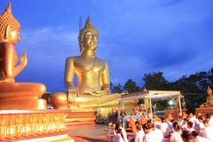 Het boeddhistische monnik en volkeren bidden royalty-vrije stock afbeeldingen