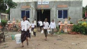 Het boeddhistische verzamelen zich in Kambodja, Zuidoost-Azië stock video