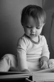 Het Boek BW van de Lezing van het kind Stock Fotografie