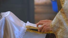 Het boek is in de handen van een priester stock footage