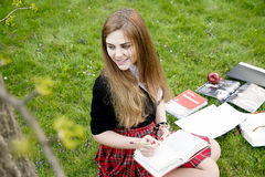 Het boek/de student die van de meisjeslezing een boek in park lezen/ Royalty-vrije Stock Foto's