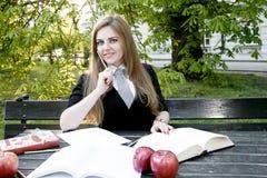 Het boek/de student die van de meisjeslezing een boek in park lezen/ Stock Foto's