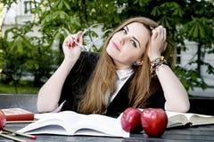 Het boek/de student die van de meisjeslezing een boek in park lezen/ Stock Foto