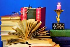 Het boek is een bron van belangrijke kennis, literair of het wetenschappelijke werk, type van drukwerk, bestaat uit afzonderlijke royalty-vrije stock afbeeldingen