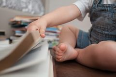 Het boek en de hand van het kindclose-up royalty-vrije stock fotografie