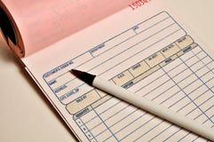 Het Boek en de Pen van het ontvangstbewijs Stock Foto