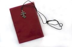 Het boek en een kruis op de witte achtergrond Royalty-vrije Stock Afbeeldingen