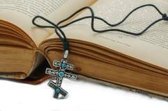 Het boek en een kruis op de witte achtergrond Royalty-vrije Stock Foto's