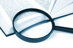 Het boek en meer magnifier Stock Afbeeldingen