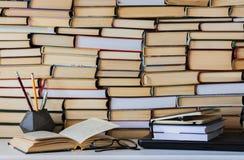 Het boek, het handboek en de glazen in bibliotheek, stapelstapels van het archief van de literatuurtekst, boekenrekken in school  royalty-vrije stock foto