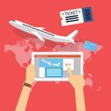 Het boek koopt online het kaartje van de vliegtuigvlucht via Internet voor reis met tabletcomputer Stock Fotografie