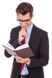 Het Boek Lezing van de bedrijfs van de mens Royalty-vrije Stock Foto