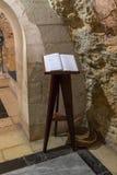 Het boek met overzichten van bezoekers ligt op de tribune in de Kerk van Heilige Anne dichtbij Pools van Bethesda in de oude stad stock fotografie