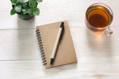 Het boek op lijst en kop thee, u kan tekst ingaan Royalty-vrije Stock Afbeelding
