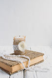 Het boek is in rustieke stijl op een witte lijst Stock Afbeeldingen