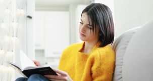 Het boek thuis weekend van de vrouwenlezing stock video
