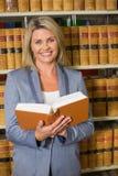 Het boek van de advocaatholding in de wetsbibliotheek Stock Foto