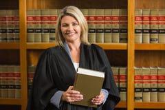 Het boek van de advocaatholding in de wetsbibliotheek Royalty-vrije Stock Afbeeldingen