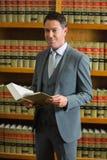 Het boek van de advocaatholding in de wetsbibliotheek Royalty-vrije Stock Afbeelding