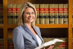 Het boek van de advocaatlezing in de wetsbibliotheek Royalty-vrije Stock Fotografie