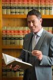 Het boek van de advocaatlezing in de wetsbibliotheek Stock Fotografie