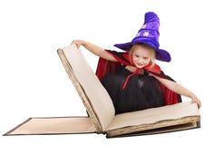 Het boek van de het kindholding van de heks. Stock Foto