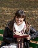 Het boek van de het meisjeslezing van de student in het bos van de Herfst royalty-vrije stock foto
