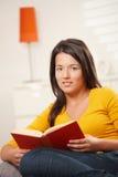 Het boek van de het meisjeslezing van de tiener Stock Foto