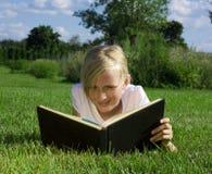 Het boek van de het meisjeslezing van de tiener Royalty-vrije Stock Afbeelding