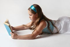 Het boek van de het meisjeslezing van het kind Stock Afbeelding